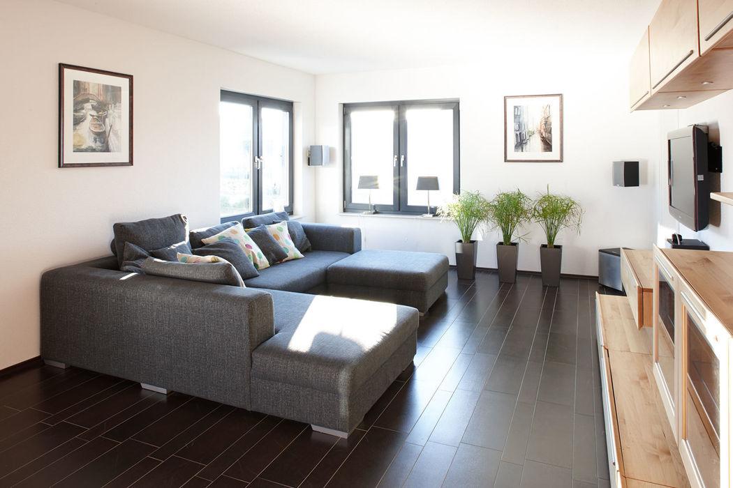 ARCHITEKTUR TREND - Das Wohnzimmer mit grauem Sofa homify Moderne Wohnzimmer