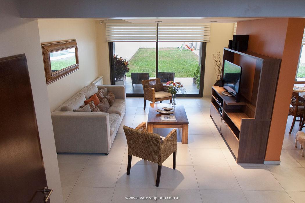 Espacios amplios integrados. Madera-tierra-beige Estudio Alvarez Angiono Livings modernos: Ideas, imágenes y decoración