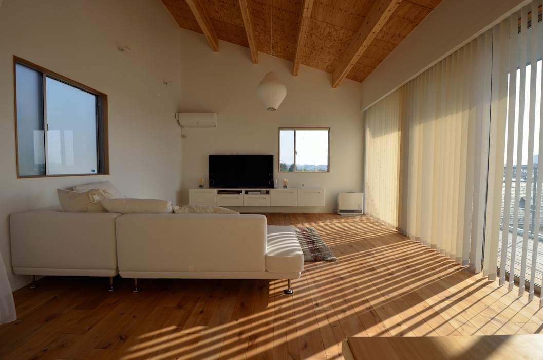 Sunset House 富田健太郎建築設計事務所 ミニマルデザインの リビング 木 木目調