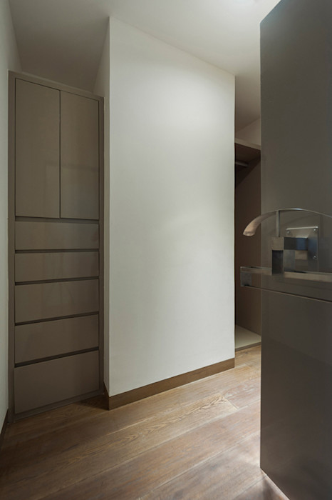HO arquitectura de interiores Ruang Ganti Modern