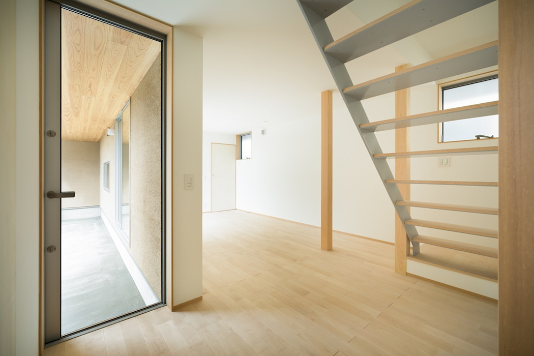 市原忍建築設計事務所 / Shinobu Ichihara Architects Scandinavian style corridor, hallway& stairs Metal Grey