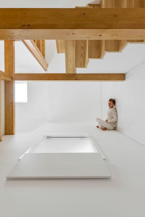 Corpo Atelier Country style corridor, hallway& stairs Wood