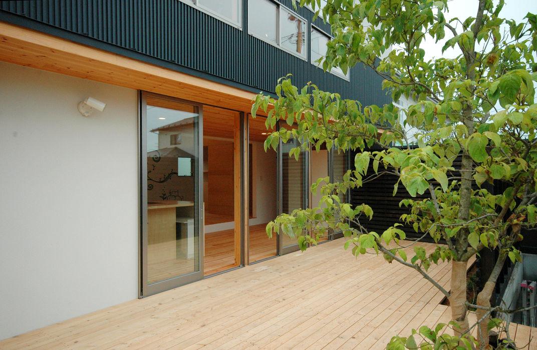 株式会社ブレッツァ・アーキテクツ Balcones y terrazas de estilo asiático