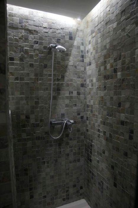 Baño en piedra de la India JCandel Baños modernos Piedra