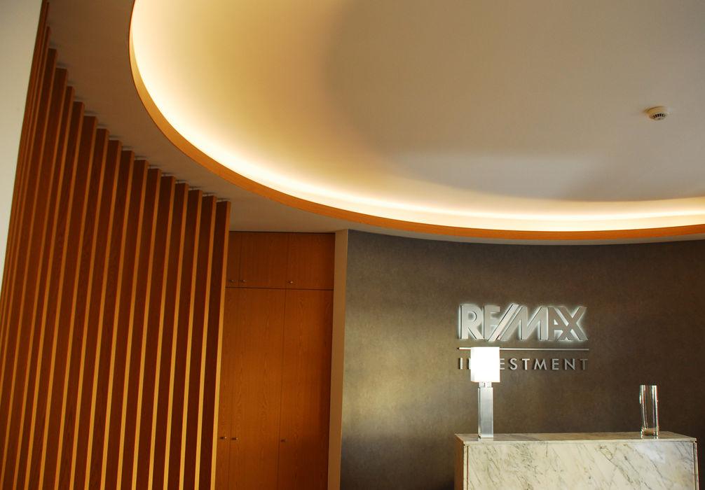 REMAX INVESTMENT JOÃO SANTIAGO - SERVIÇOS DE ARQUITECTURA Salas de estar modernas