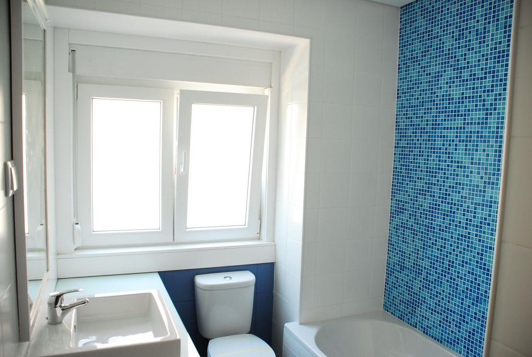 JOÃO SANTIAGO - SERVIÇOS DE ARQUITECTURA Ванна кімната Плитки Синій