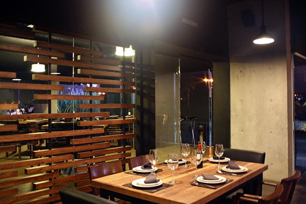 Acceso a area de fumadores Narda Davila arquitectura Gastronomía de estilo moderno Madera Acabado en madera