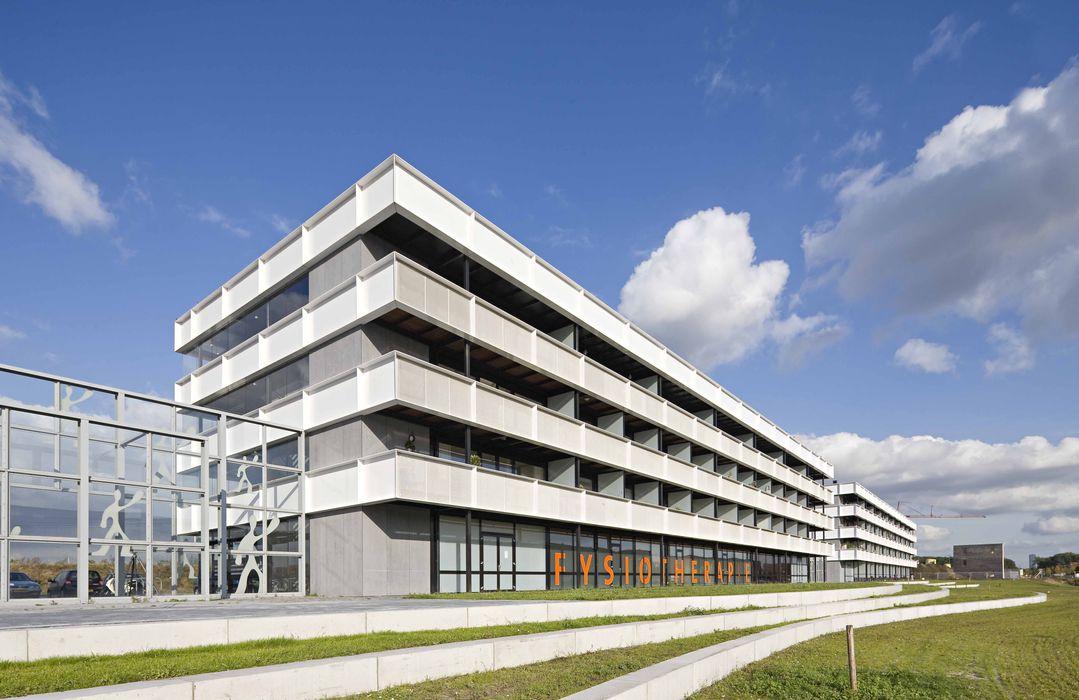 Appartementencomplex met zorgfuncties in de plint JMW architecten Minimalistische keukens Aluminium / Zink Wit