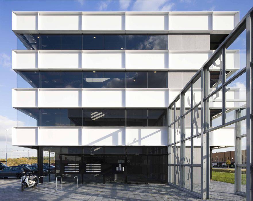 Appartementencomplex met zorgfuncties in de plint JMW architecten Minimalistische huizen Aluminium / Zink Wit
