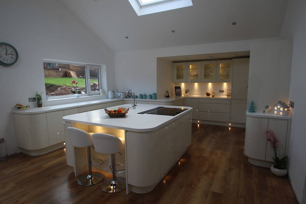 Beautiful curved island and kitchen with plenty of worktop space AD3 Design Limited モダンな キッチン