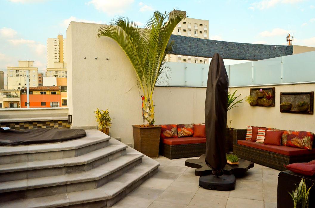 Área Externa da cobertura com Spa e Estar com ombrelone e sofás Sandra Pompermayer Arquitetura e Interiores Varandas, alpendres e terraços clássicos