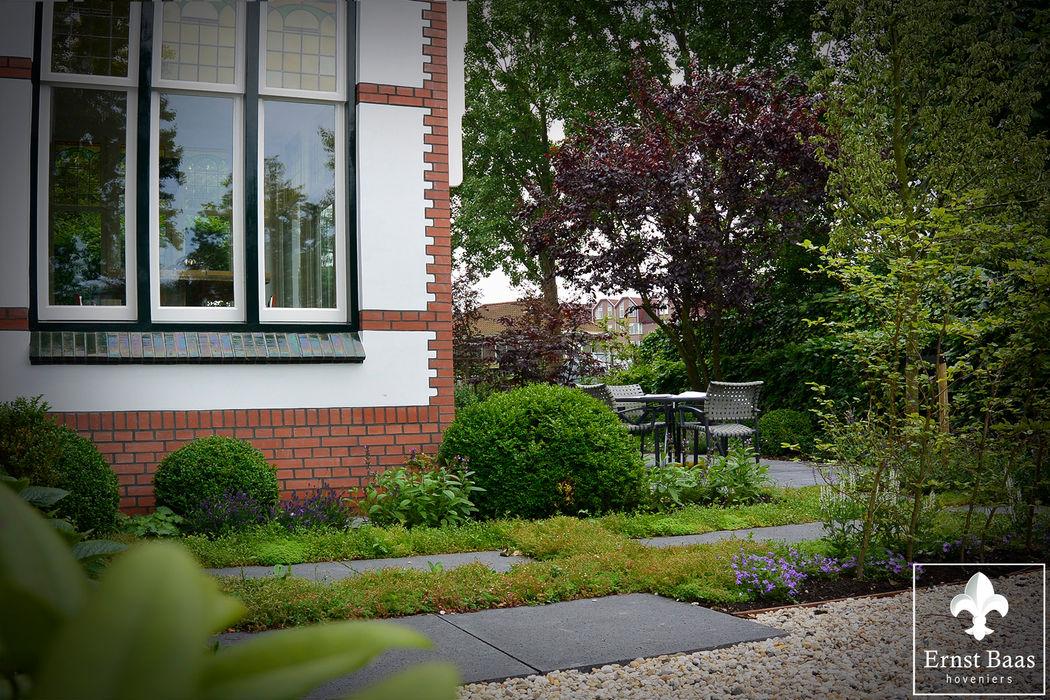 Oase van groen.. Ernst Baas Hoveniers B.V. / Ernst Baas Tuininrichting B.V. Klassieke tuinen