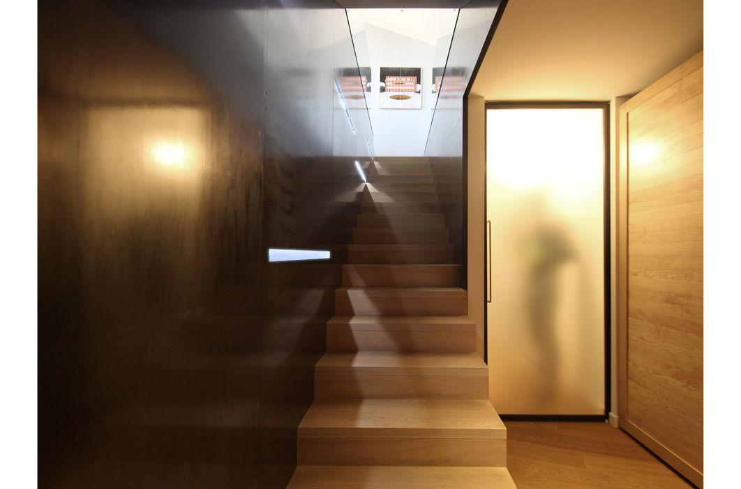 APPARTAMENTO R1 STUDIO DI ARCHITETTURA RAFFIN Ingresso, Corridoio & Scale in stile moderno Ferro / Acciaio Nero