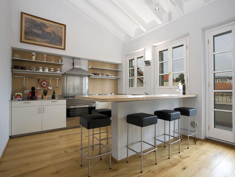 Cucina con travi a vista PAZdesign Cucina moderna