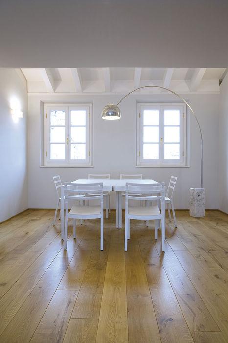 Sala da pranzo con finestre PAZdesign Sala da pranzo moderna Bianco