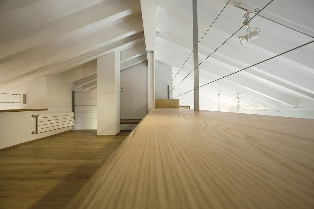 Mansarda PAZdesign Pareti & Pavimenti in stile moderno