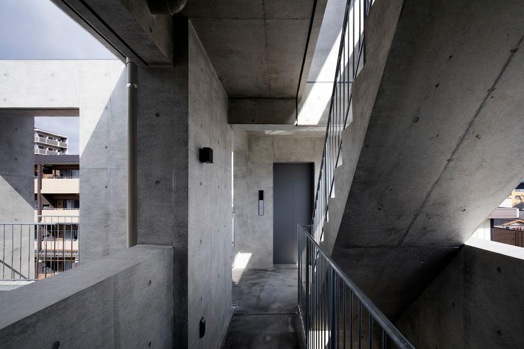 Casa Verde 御所西 株式会社 藤本高志建築設計事務所 モダンスタイルの 玄関&廊下&階段 コンクリート 灰色