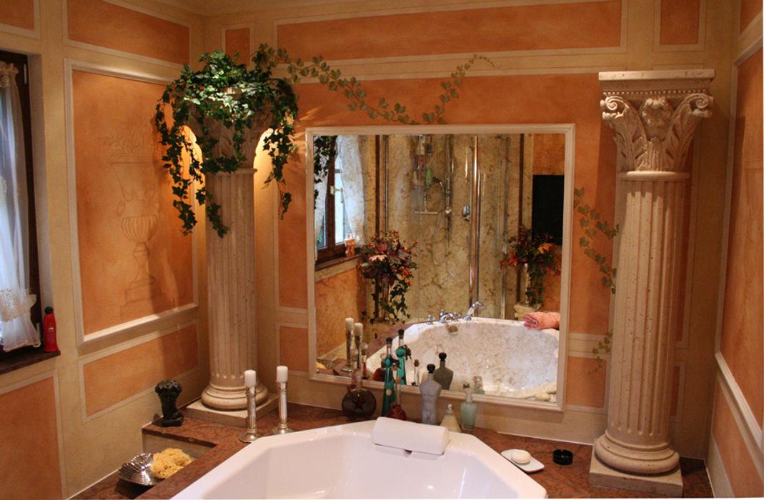Großzügige Badewanne in Antikmarmor eingefasst mit Stufen, Säulen und Antikspiegel Villa Medici - Landhauskuechen aus Aschheim Mediterrane Badezimmer Marmor Beige