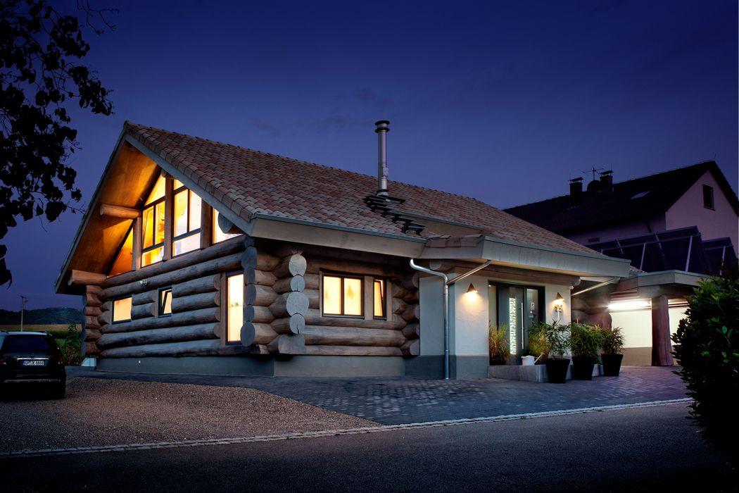 Landhaus mit besonderem Charme und gesundem Raumklima: Modernes Wohnen im Naturstammhaus Kneer GmbH, Fenster und Türen Rustikale Fenster & Türen