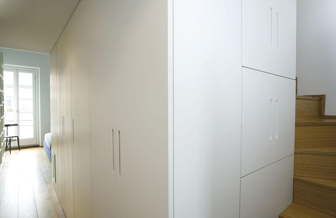 Molto più di un armadio PAZdesign Camera da letto moderna Legno