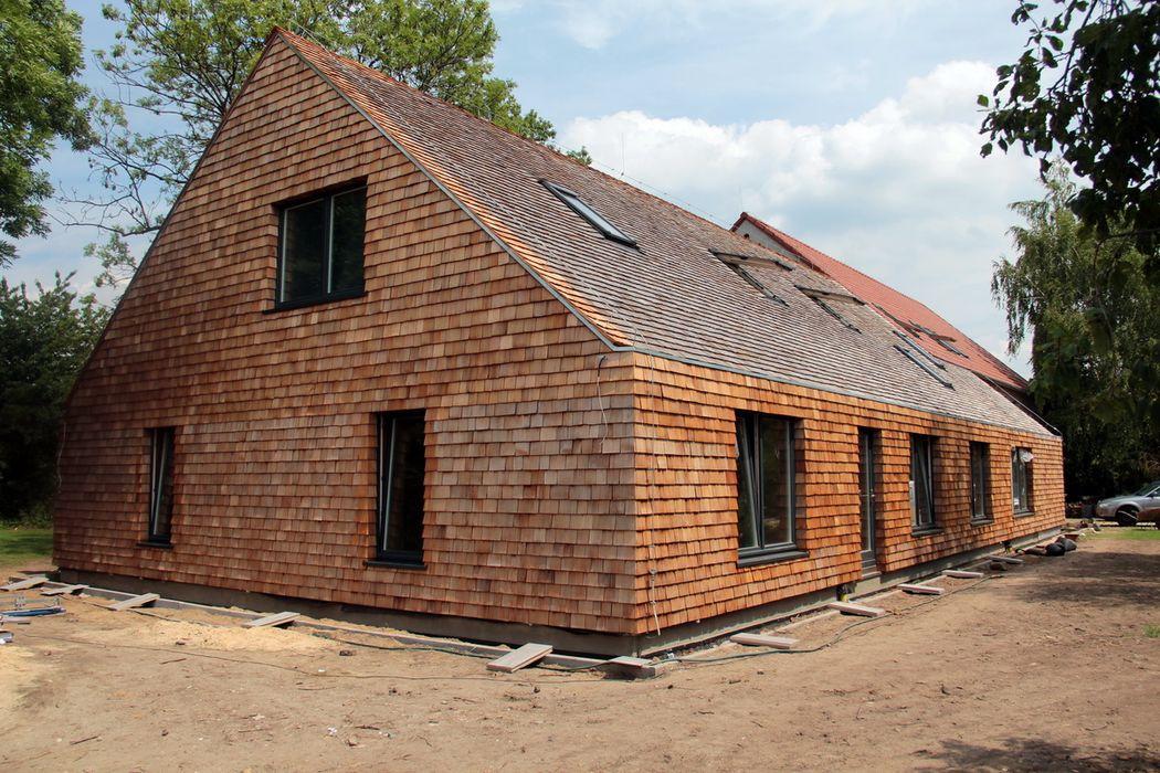 Strawbale kryty dranicą cedrową Organica Design & Build Rustykalne domy