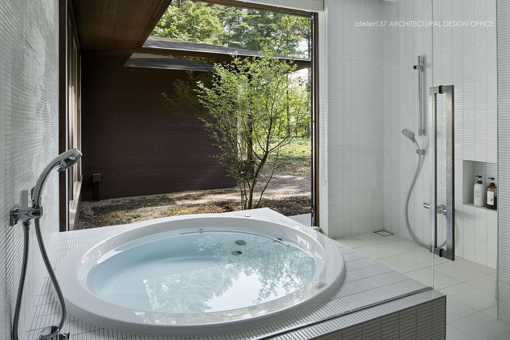 浴室~041軽井沢Mさんの家 atelier137 ARCHITECTURAL DESIGN OFFICE モダンな スパ セラミック 白色