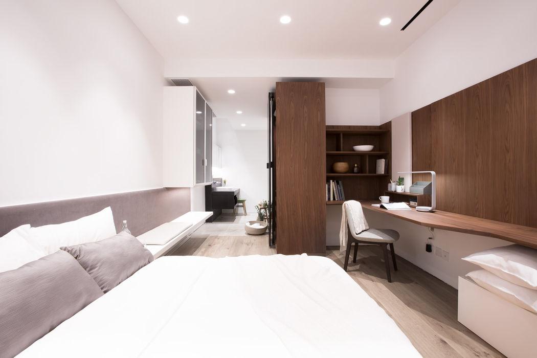 Minimalist Walnut Bedroom Sensearchitects Limited Minimalist bedroom Wood Brown
