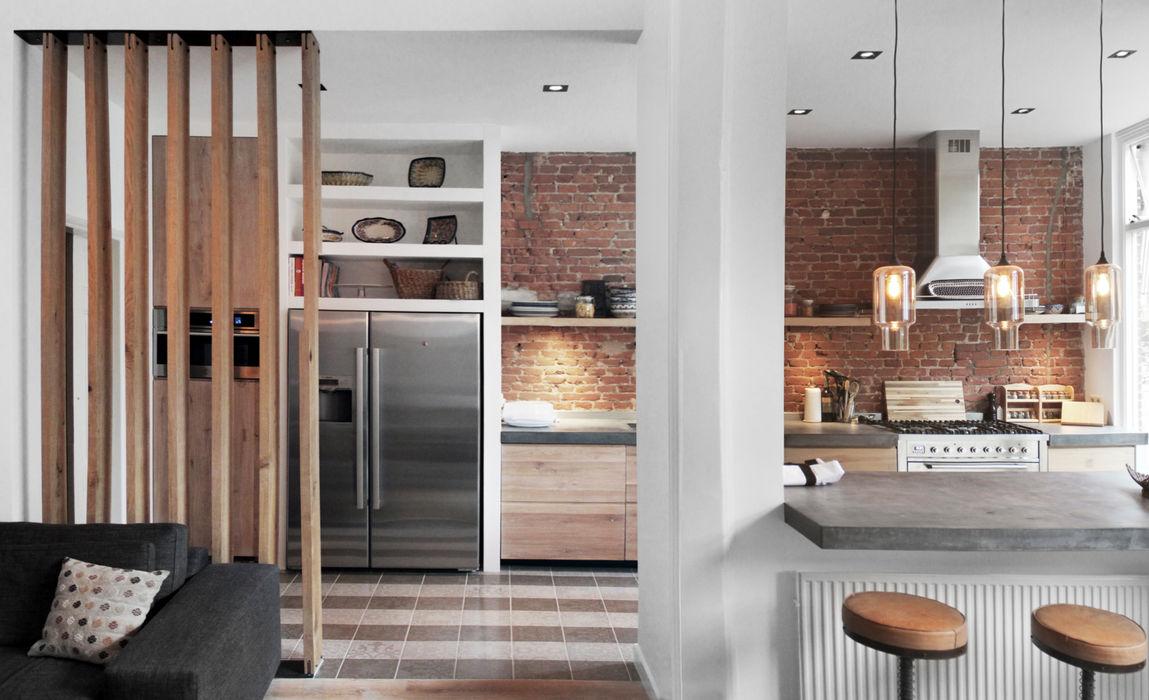 Renovatie woning Den Haag Bloot Architecture Moderne keukens Steen