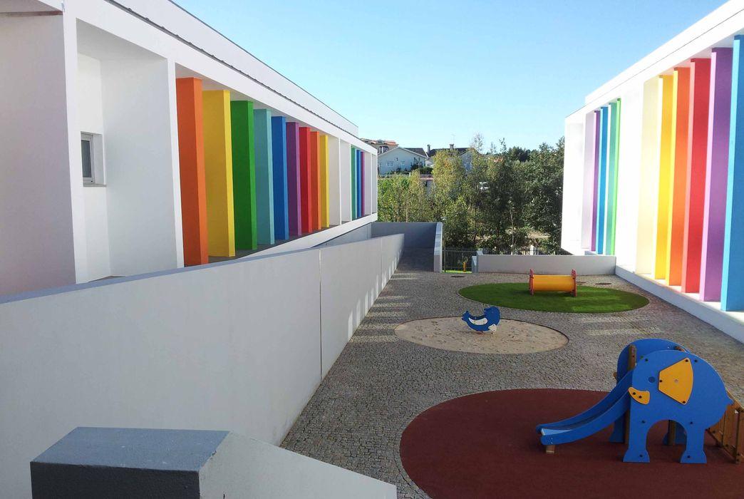 Pátio central Oficina de Conceitos Paredes e pisos modernos Granito Multicolor