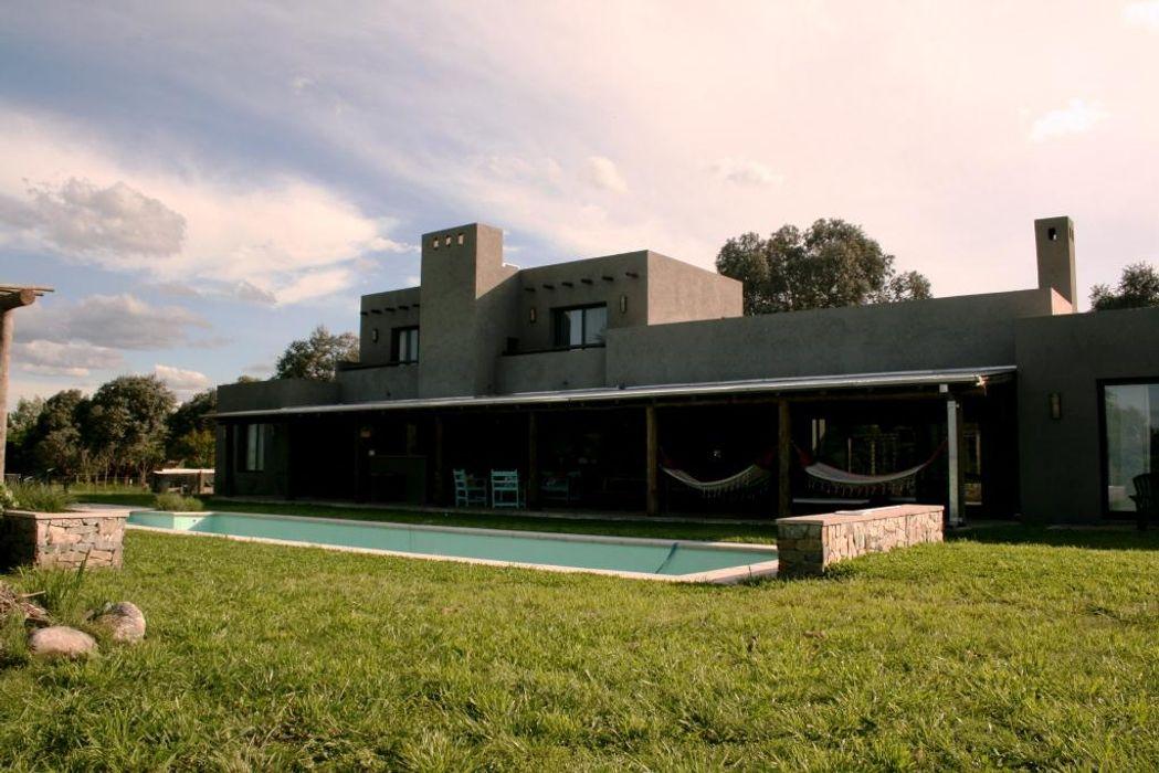 Casa en Manzanares - Pcia de Buenos Aires Rocha & Figueroa Bunge arquitectos Casas rústicas