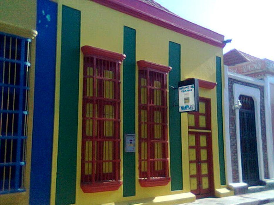 VIVIENDA PATRIMONIAL GRUPO DE TEATRO MAMPARA ESTUDIO DE ARQUITECTURA C.A Casas de estilo colonial