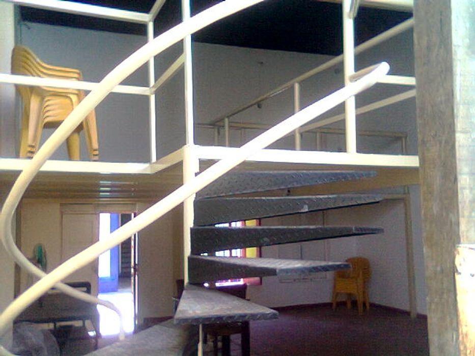 VIVIENDA PATRIMONIAL GRUPO DE TEATRO MAMPARA ESTUDIO DE ARQUITECTURA C.A Pasillos, vestíbulos y escaleras de estilo colonial