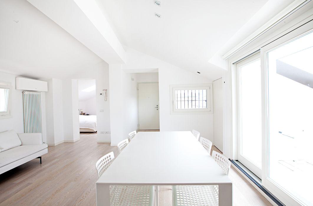 Gun_house_2010 CREMA tIPS ARCHITECTS Sala da pranzo minimalista Bianco