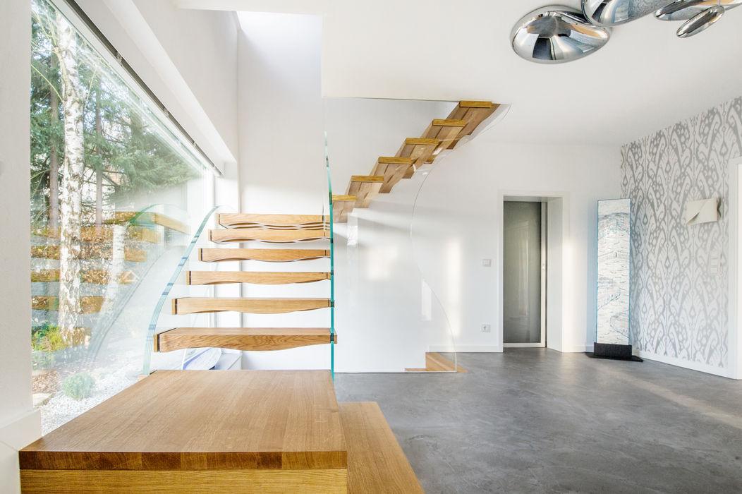 Holz und Glas in perfekter Umarmung - Schwebende Wellen Siller Treppen/Stairs/Scale Moderner Flur, Diele & Treppenhaus Holz Braun