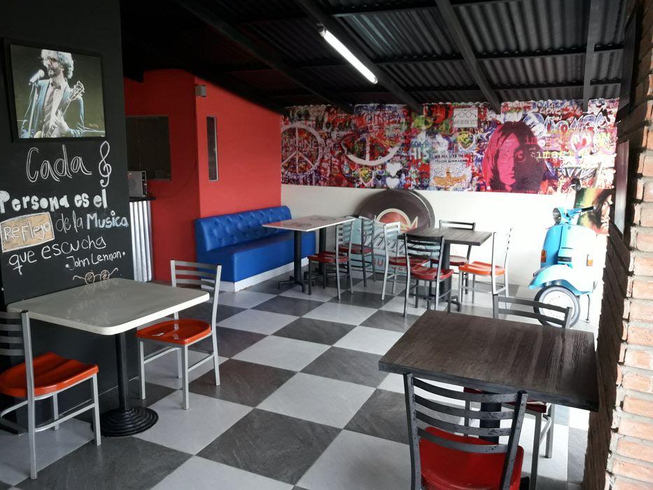 Paredes de Rojo y Techo negro Arq. Alberto Quero Restaurantes Derivados de madera Rojo