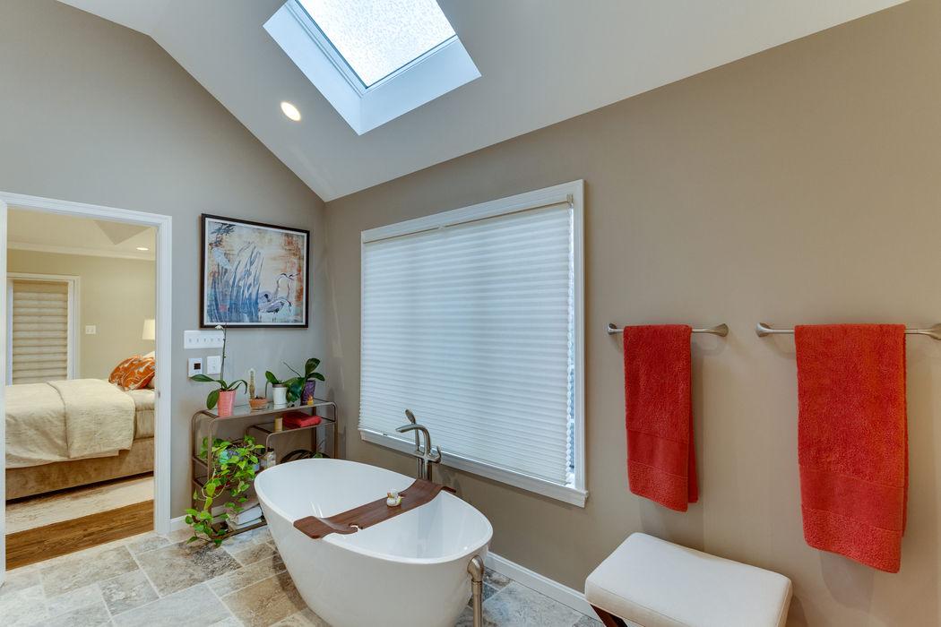 BOWA - Design Build Experts Phòng tắm phong cách tối giản