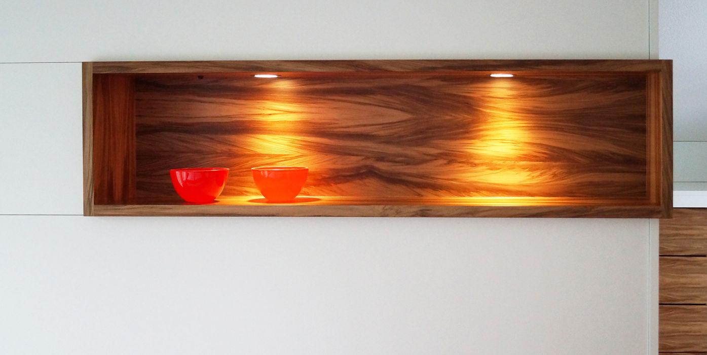 Holzelement aus Nussbaum Schreinerei & Innenausbau Fuchslocher Moderne Ankleidezimmer