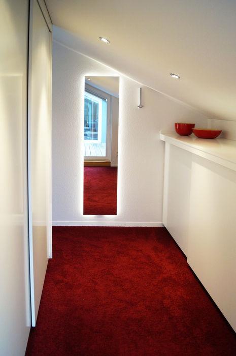 Lichtquelle hinter dem Spiegel Schreinerei & Innenausbau Fuchslocher Moderne Ankleidezimmer