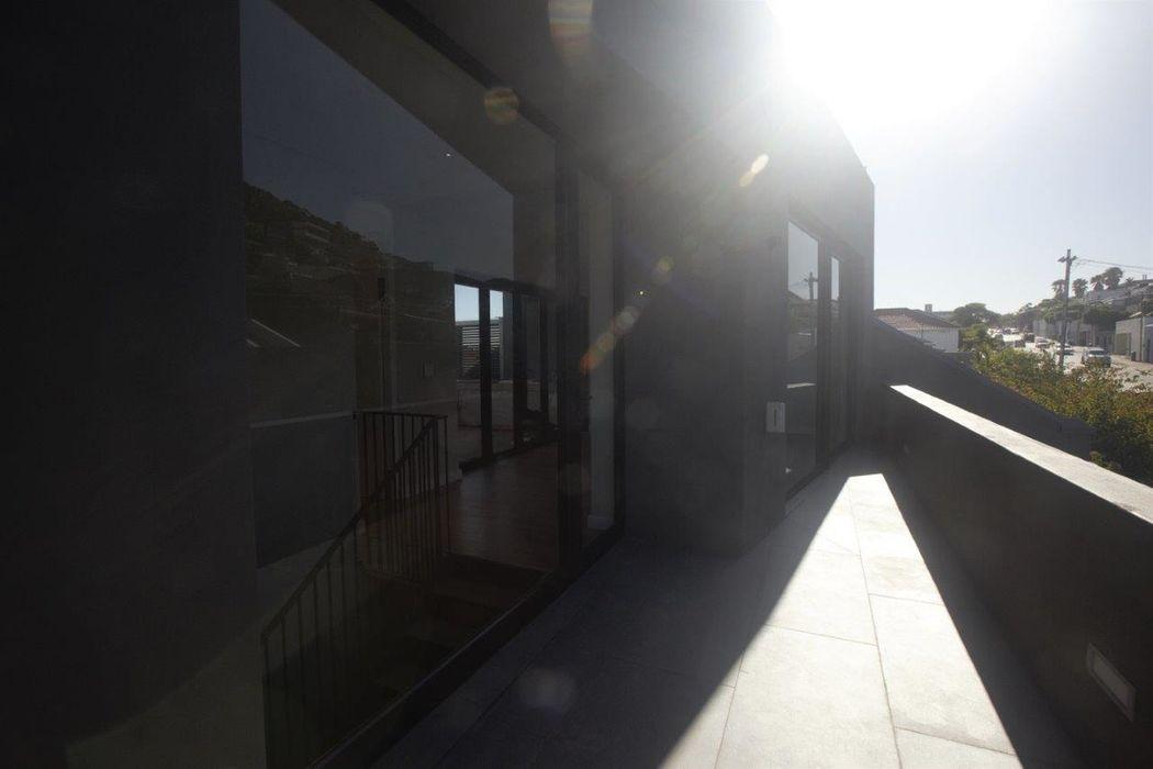 Kunst Architecture & Interiors Balkon, Beranda & Teras Modern Batu Bata Brown