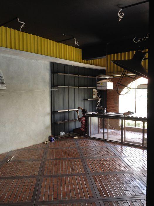 Cafe and Bar Chromatic Interior Lantai