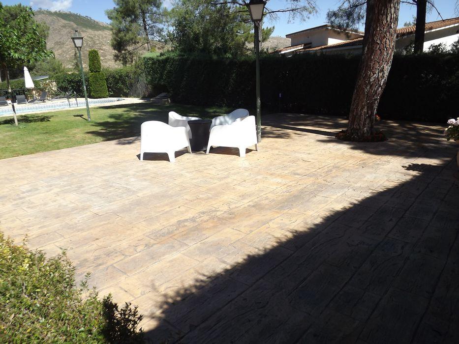 Terraza de cemento impreso Almudena Madrid Interiorismo, diseño y decoración de interiores Jardines de estilo moderno Hormigón Gris