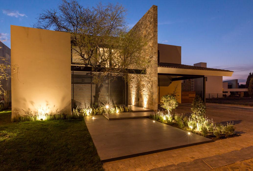 Fachada frontal Loyola Arquitectos Casas modernas