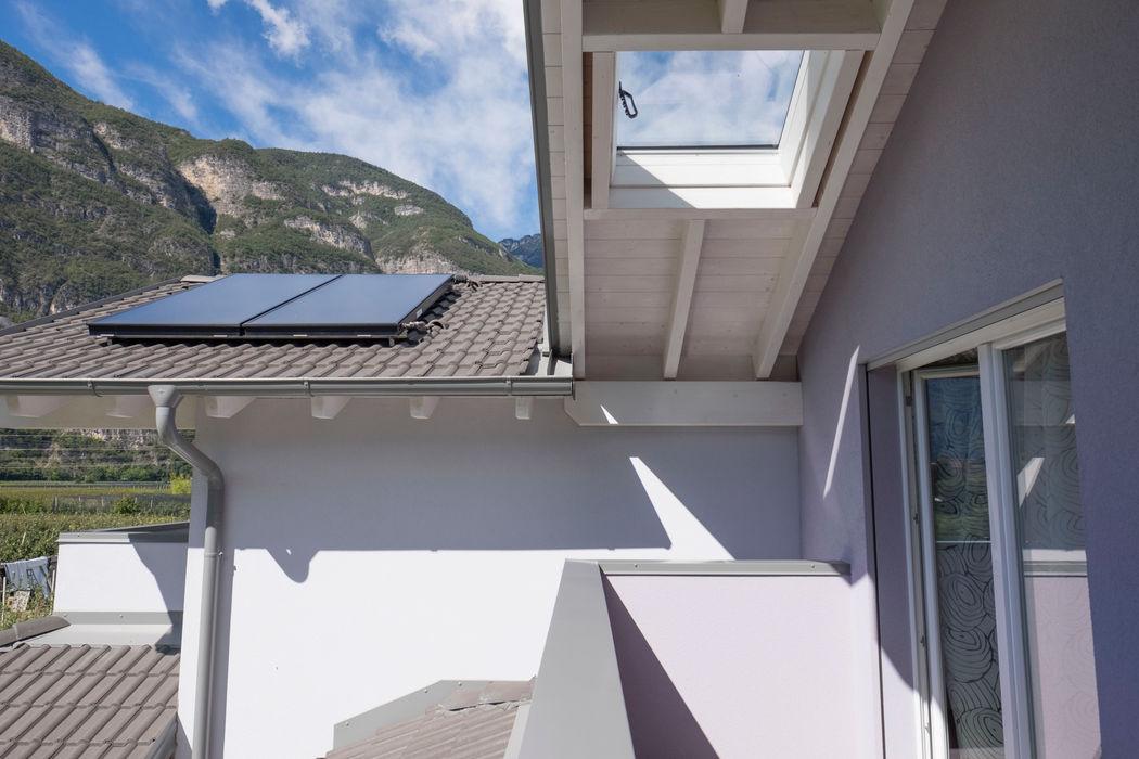 Tetto con finestratura e pannelli fotovoltaici Spazio Positivo Tetto a falde Grigio