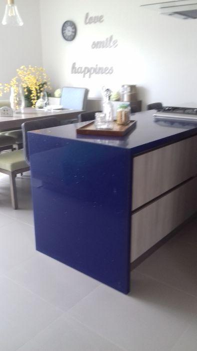 cocina con cubierta de cuarzo azul bellacocinas CocinaAccesorios y textiles Contrachapado Gris
