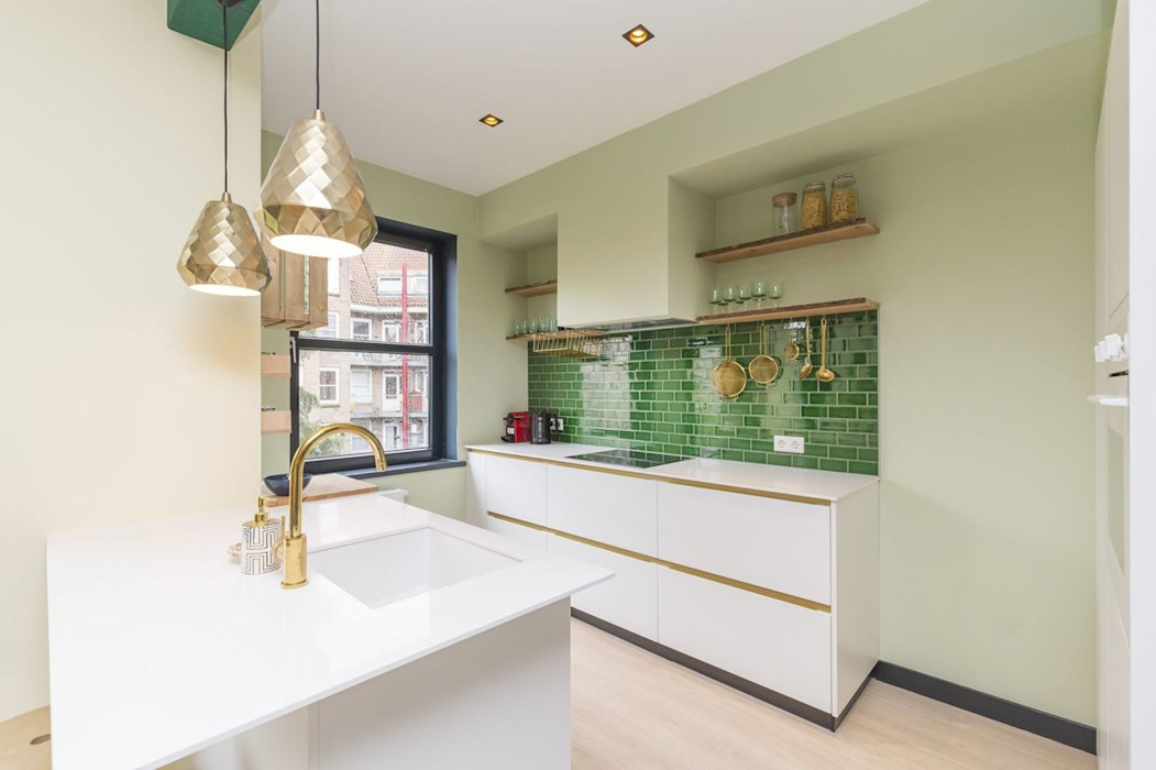 Emerald kitchen and living room Obradov Studio Kleine keuken Tegels Groen