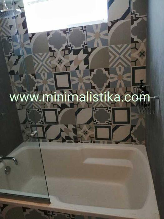 Casas de Playa Minimalista y Mediterráneo - Baño Minimalistika.com Baños de estilo mediterráneo Azulejos Gris