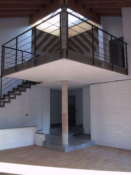 Vista dal basso soppalco C.M.E. srl Soggiorno moderno