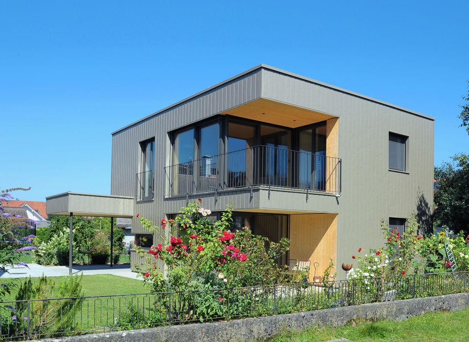 Gartenansicht schroetter-lenzi Architekten Kleines Haus Aluminium/Zink Metallic/Silber