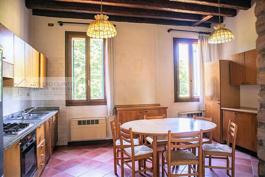 Porzione di rustico con giardino di mq. 2300 ca Agenzia Studio Quinto Cucina coloniale