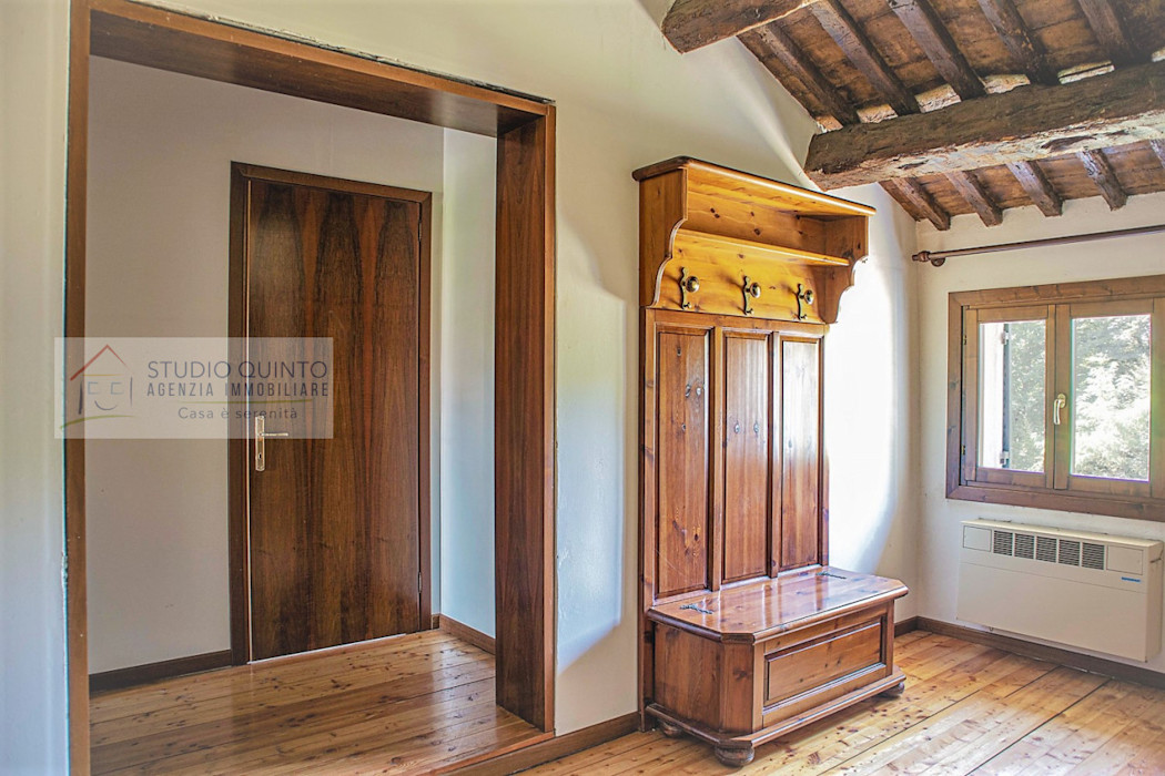 Porzione di rustico con giardino di mq. 2300 ca Agenzia Studio Quinto Ingresso, Corridoio & Scale in stile coloniale